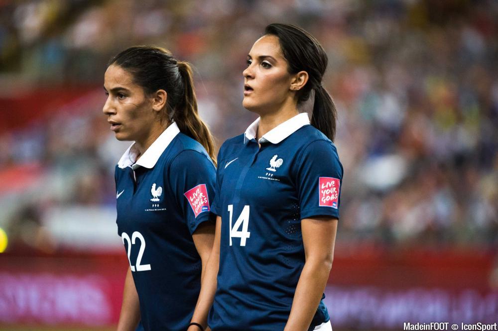 Amel Majri sous les couleurs de l'équipe de France, aux côtés de Louisa Necib.