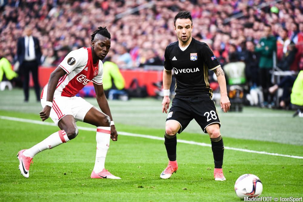 Bertrand Traoré, ici face à Valbuena pendant la victoire de l'Ajax sur Lyon, jeudi soir.