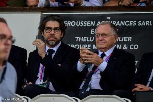 Juninho à côté de Jean-Michel Aulas