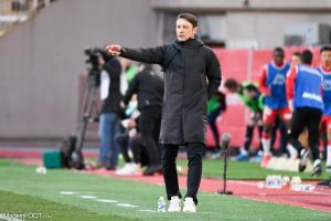 Kovac au bord de la pelouse