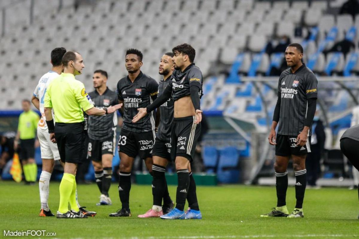 Les Lyonnais en train de contester une décision arbitrale