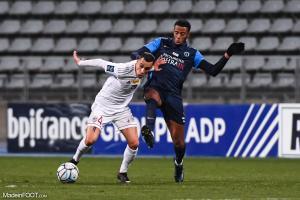 Duel pour le ballon entre Ajaccio et Paris FC